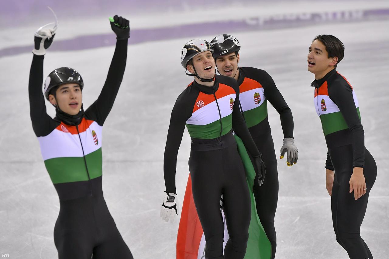 Az olimpia 14. napján jött a magyar történelmi győzelem: Liu Shaolin Sándor, Liu Shaoang, Burján Csaba és Knoch Viktor hatalmas versenyzéssel, az utolsó előtti körben az élre állva megnyerte a férfi rövidpályás gyorskorcsolyázók 5000 méteres váltóját. Sohasem voltak előtte sem vb- vagy Eb-győztesek sem együtt, a legfontosabb versenyt mégis sikerült megnyerniük Kína, Kanada és Dél-Korea előtt. Hatalmas, amit véghezvittek: ez volt az első aranyérmünk a téli olimpiák történetében, 38 éve egyáltalán az első érmünk.Az előzetesen éremesélyesnek jósolt Liu Shaolin Sándor egyéniben 1500 és 500 méteren is két ötödik hellyel zárt, 1000 méteren pedig kizárták a döntőben, így végül a nyolcadik helyre sorolták vissza. Öccse, Liu Shaoangot mindhárom egyéni számból kizárták, nem érezte az olimpia ritmusát, de ő is nyomatékosította, hogy a csapat más. Az Liu testvérek mellett Burján Csaba és a veterán Knoch Viktor is kivette a részét a győzelemből, a pécsi sportoló utolsó olimpiáján jött a hatalmas siker. A sprinterlegenda Usain Bolt pedig küldi a pezsgőt a magyar sport legendáinak.