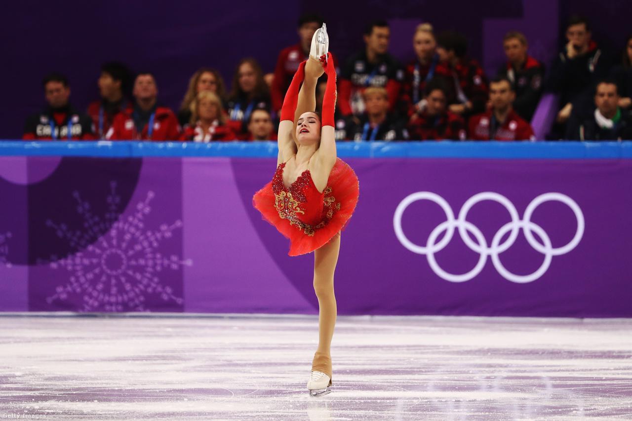 A 15 éves Alina Zagitova nyerte a műkorcsolyázók női versenyét, amivel az oroszok egyetlen egyéni aranyérmét szerezte Phjongcshangban (a másikat a hokisok nyerték). Az előző, Szocsiban rendezett olimpián még az éremtáblát megnyerő oroszok számos versenyzője a doppingbotrányok miatt el sem indulhatott, és a többiek sem orosz zászló alatt, hanem az Olimpiai Sportolók Oroszországból megjelöléssel vehettek részt a játékokon. Ráadásul Phjongcshangban is két doppingeset oroszokat érintett, az egyik miatt elvették a curling vegyespárosban szerzett bronzérmüket.