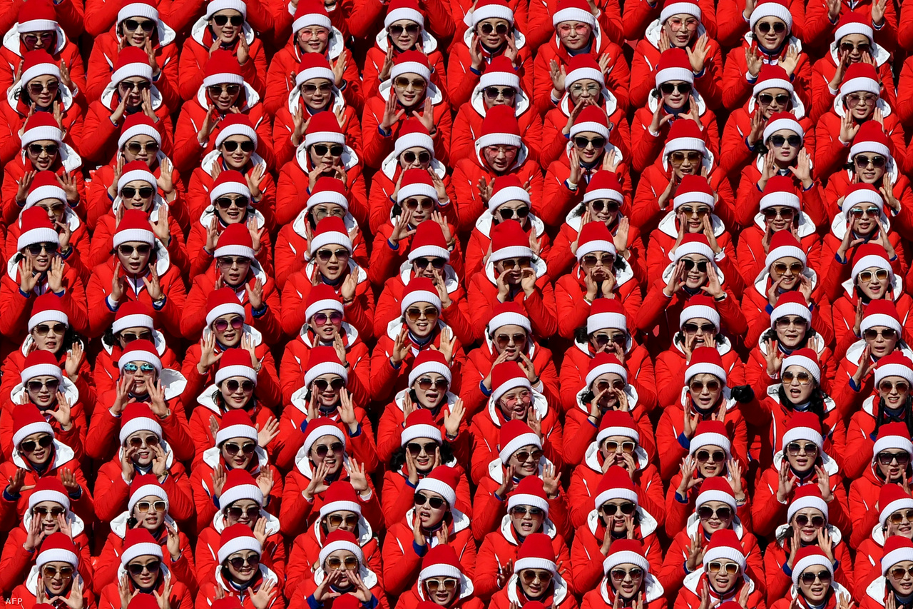Észak-Korea zenekarral, táncosokkal, tekvondócsapattal, de leginkább több száz fős, egészen szürreális szurkolócsapatával hívta fel magára a figyelmet. Közös zászló alatt vonultak Észak-, és Dél-Korea sportolói, és egy közös női hokicsapat is felállt. Három napra Dél-Koreába érkezett egy magas rangú politikai delegáció is, köztük Kim Dzsongun befolyásos húgával, Kim Jodzsonggal és az államfői feladatokat ellátó Kim Jongnammal. Kim Jodzsong bátyja nevében meghívta Mun Dzsein dél-koreai elnököt Phenjanba. Donald Trump alelnöke, Mike Pence a tervek szerint személyesen találkozott volna az észak-koreai delegációval, de az ázsiaiak végül lemondták a találkozót. Mun Dzsein bizakodott, és Kim Dzsongun észak-koreai diktátor is arról beszélt, fent kell tartani a megbékélés légkörét. Kérdés, mi lesz, ha elkezdődnek az olimpia miatt elhalasztott hadgyakorlatok a térségben, és Washington újabb kemény szankciókat is hozott Észak-Korea ellen az olimpia utolsó napjaiban.