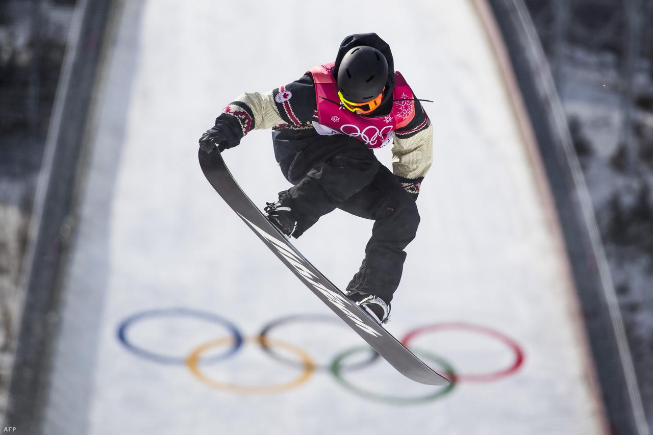 Nagy bukások, de borzasztó látványos gyakorlatok is voltak az akrobatikus freestyle sí és snowboardos számokban (egyáltalán el tudná dönteni, hogy fejjel lefelé, vagy felfelé van éppen egy sportoló?). Egyébként két szabadstílusú síző is elkapta az olimpia előtt és alatt főként az önkéntesek és biztonságiak között terjedő norovírust, de hamar felgyógyult a lázzal, hányással járó betegségből, tudtak végül versenyezni. A vírus nem befolyásolta egyik esélyes szereplését sem az olimpián.