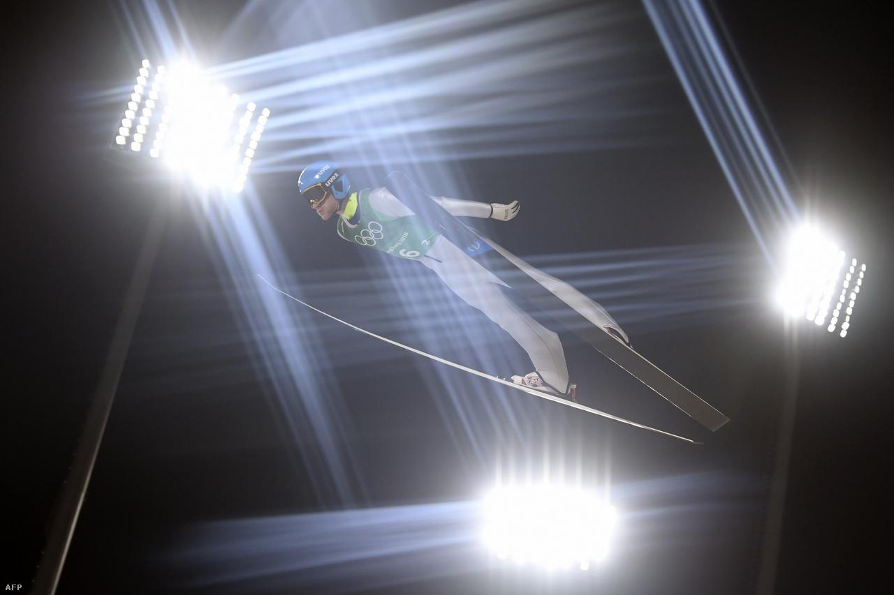 A bajuszversenyt egyértelműen a síugró Robert Johansson nyerte, aki egyébként aranyérmes lett a norvégokkal a nagysánc csapatversenyében, míg bronzot szerzett egyéniben normálsáncon és nagysáncon is. A német Andreas Wellinger lett a normálsánc bajnoka, emellé két ezüstöt is begyűjtött, míg a nagy esélyes Kamil Stoch megvédte egyéni olimpiai bajnoki címét a nagysáncon. (A képen éppen az orosz Kornilov ugrik a nagysáncon.)