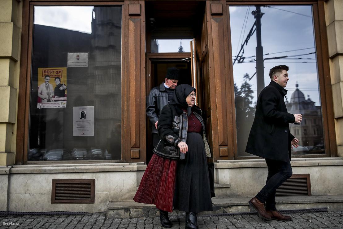 Juhos Klára, Juhos Máte és Csorba Szilárd jönnek ki éppen a kolozsvári főkonzulátusról, ahol regisztráltak a választásokra