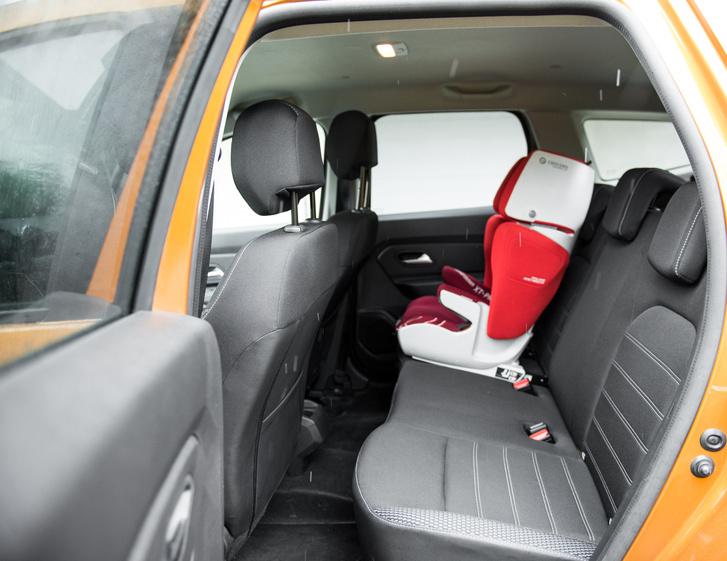Van hely a hátsó ülésen is, bár terepjárósan magas a padló és rövid az ülőlap