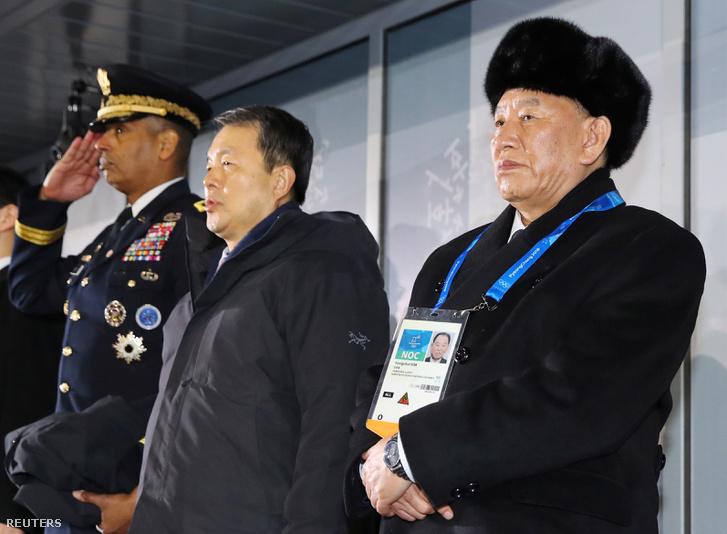 Az észak-koreai küldöttség tagjai a záróünnepségen