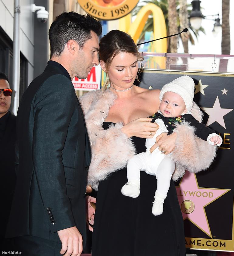 És hogy két normális fotót is mutassunk a szülőkről: ez volt tavaly februárban az az esemény, amikor Adam Levine csillagot kapott a Hollywood Walk of Fame-en.