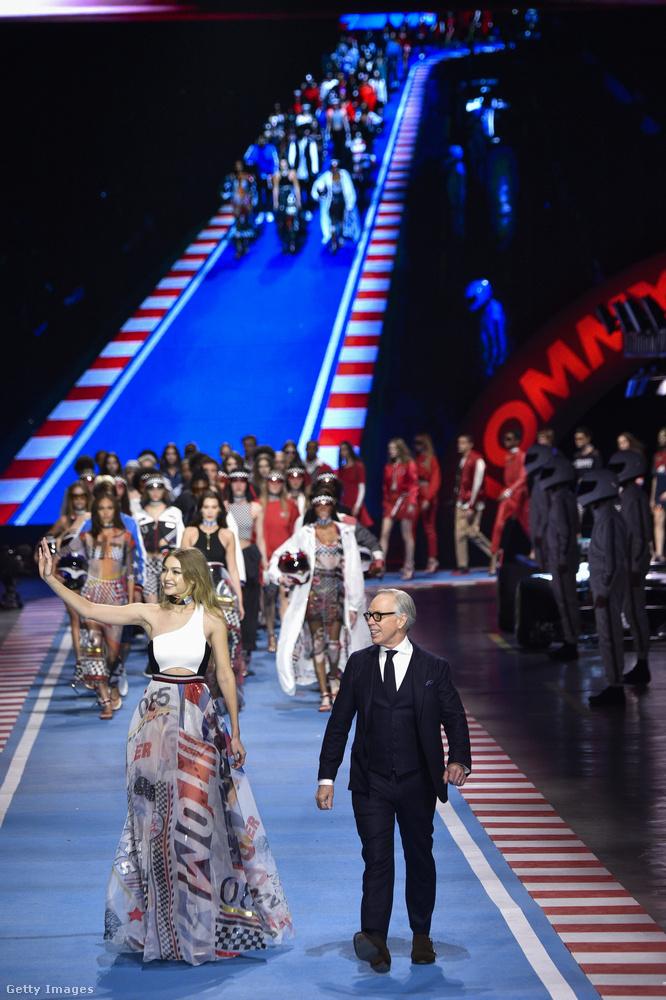 És Gigi Hadid így ünnepelte a fináléban Tommy Hilfiger tervezőt