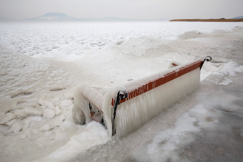 Jégcsapok lógnak egy padról a balatonfenyvesi parton 2018. február 26-án.