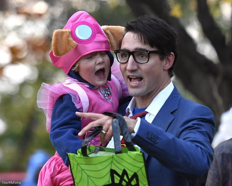 A Halloweent is egy ultraaranyos jelmezbe bújva töltötte (ő volt Skye a Paw Patrol című rajzfilmből), míg édesapja Clark Kentnek öltözött