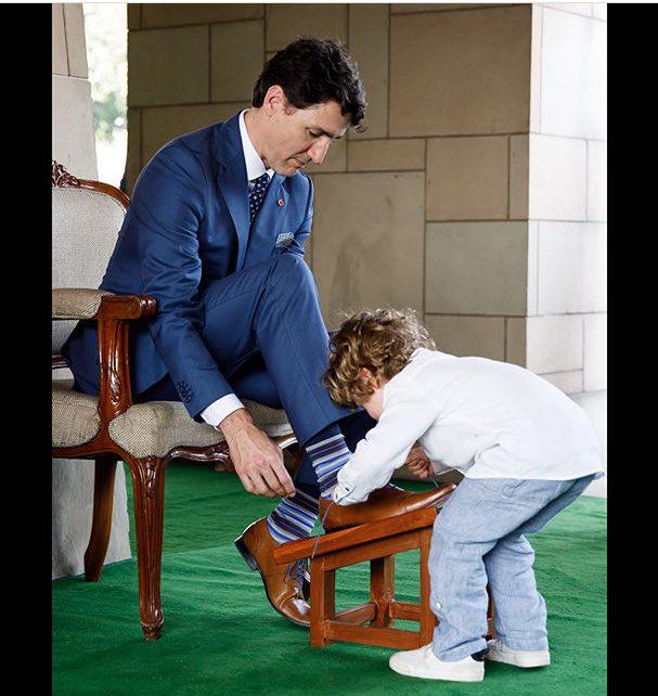 előszeretettel segít apukájának cipőt kötni