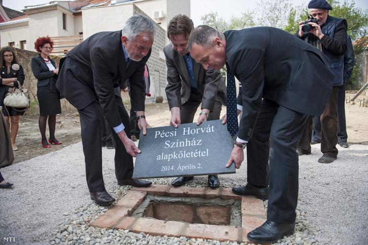 Páva Zsolt, Pécs fideszes polgármestere (b), Vidákovics Szláven, a teátrum igazgatója (k) és Hölvényi György, az Emberi Erőforrások Minisztériumának (Emmi) egyházi, nemzetiségi és civil társadalmi kapcsolatokért felelős államtitkára (j) a Pécsi Horvát Színház új épületrészének ünnepélyes alapkőletételén 2014. április 2-án. Őszig mintegy 560 millió forintos állami támogatásból újítják fel és bővítik hazánk egyetlen horvát nemzetiségi színházát a pécsi belvárosban.