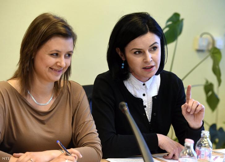 Dúró Dóra a bizottság jobbikos elnöke és Kunhalmi Ágnes szocialista alelnök az Országgyűlés kulturális bizottságának ülésén az Országgyűlés Irodaházában 2017. április 25-én