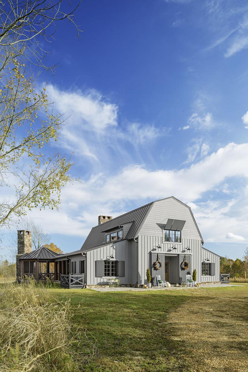 A ház kialakításánál fontos szempont volt, hogy minél természetközelibb legyen a végeredmény, de az amerikai csűrépületek jellegzetes, megtört síkú tetőjéről sem mondtak le.