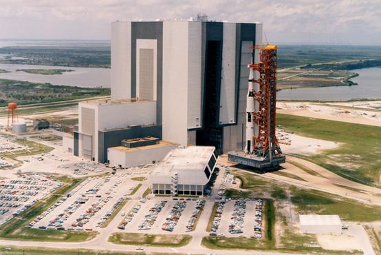 Az Apollo-11-es Saturn V-ös rakétáját viszik a VAB-tól a kilövőállás felé