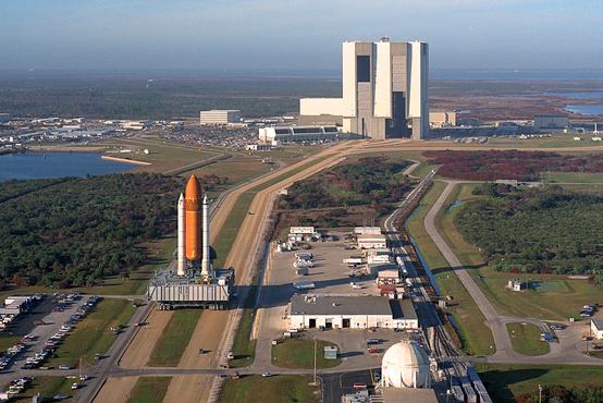 Ez itt már az űrsikló-korszak. Az Atlantis-t és hordozórakétáját viszik a VAB-tól a kilövőálláshoz