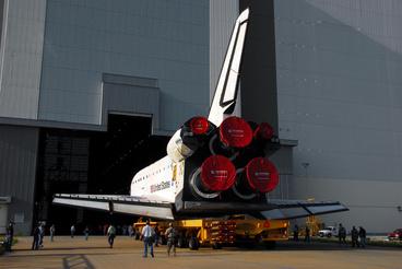 Az Endeavour űrsiklót tolják a VAB-ba