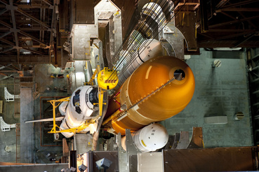 Az Endeavour a VAB-ban. Itt helyezték az űrsiklókat a hordozórakétákra