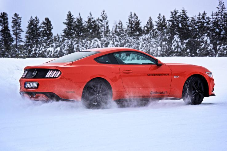 A V8-as hátsókerekes Mustangot is könnyű vezetni a Slide Slip Control elektronikával