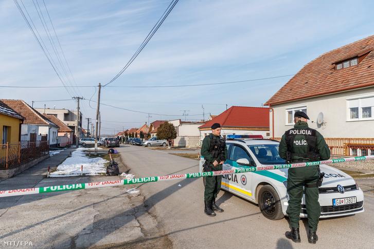 Rendőrök kettős gyilkosság helyszínét biztosítják Nagymácsédban (Velka Maca) 2018. február 26-án miután az előző éjjel a falubeli otthonában megtalálták Ján Kuciak szlovák tényfeltáró újságíró és élettársa holttestét.