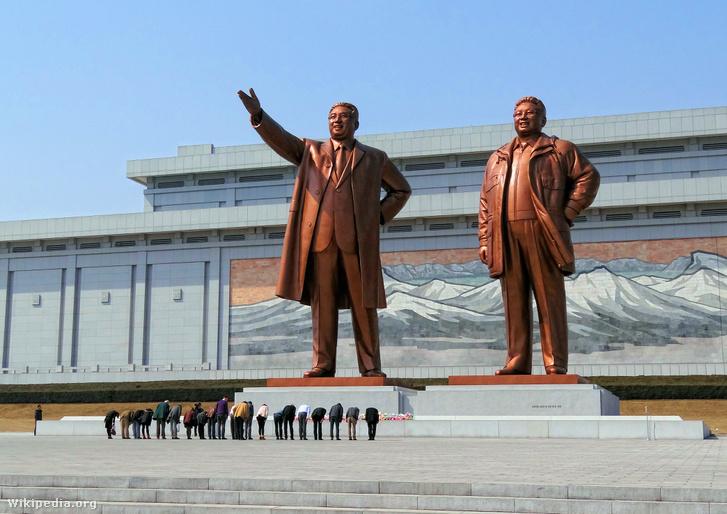 Kim Ir Szen és Kim Dzsongil szobrai Phenjanban.