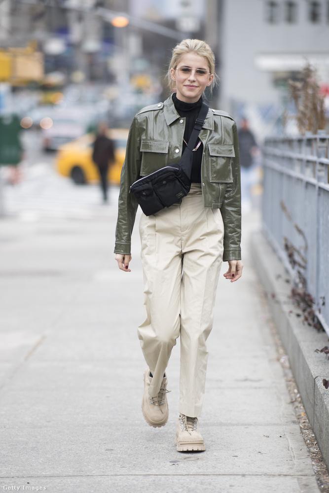 Vállon átcsapott hasi-tasi és bézs nadrág Caro Dauron New Yorkban.