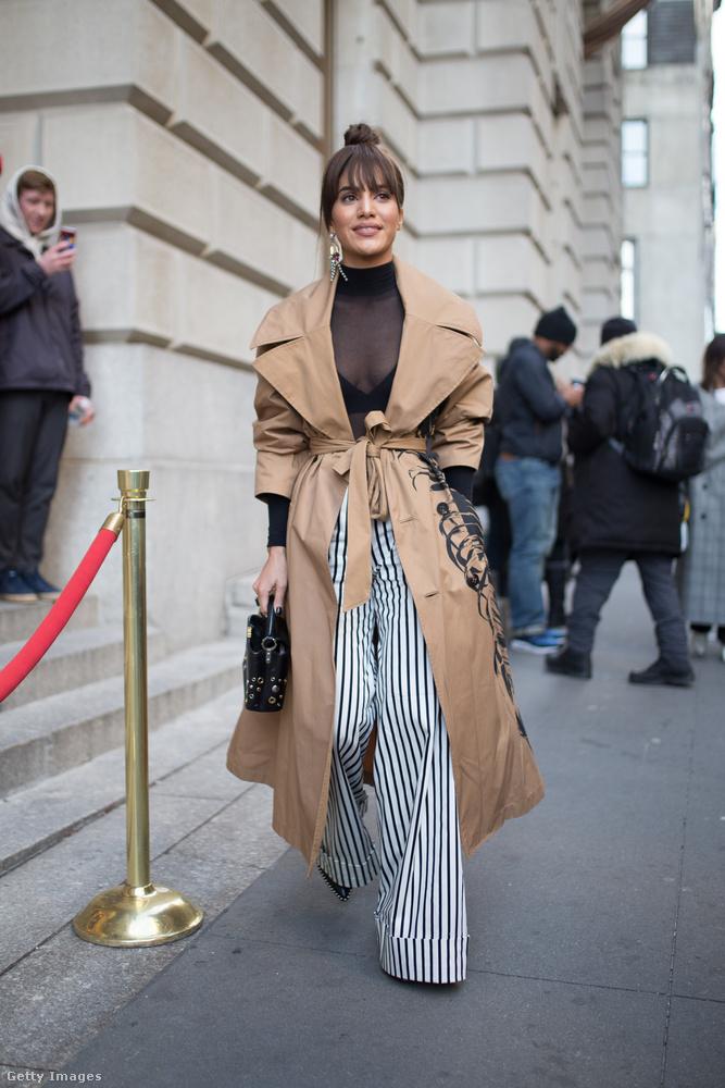 Bőgatya és klasszikus trench coat Camila Coelho-n New Yorkban.