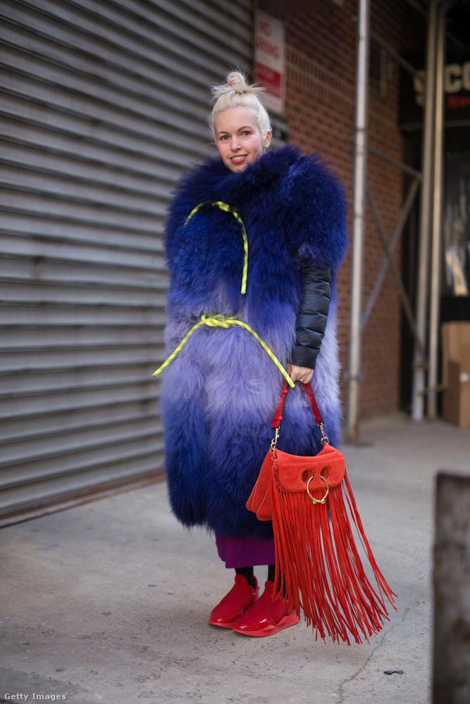 Rojtos táska és kék szőrmekabát New Yorkban.