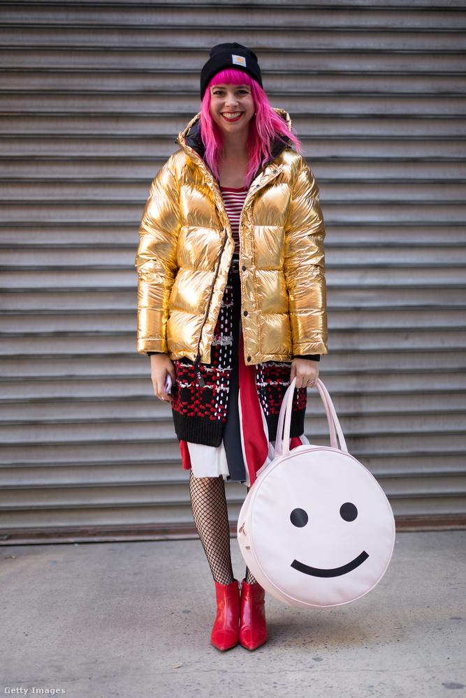 Arany pufidzseki és smiley-s táska New Yorkban.