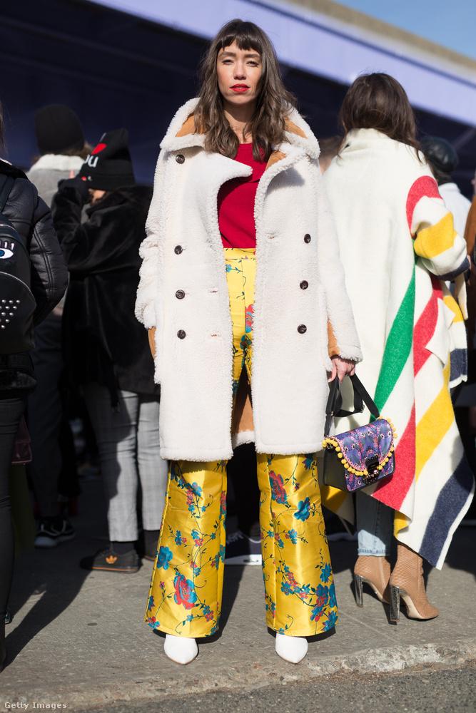 Sokan viseltek mintás szatén nadrágot New Yorkban és Londonban.