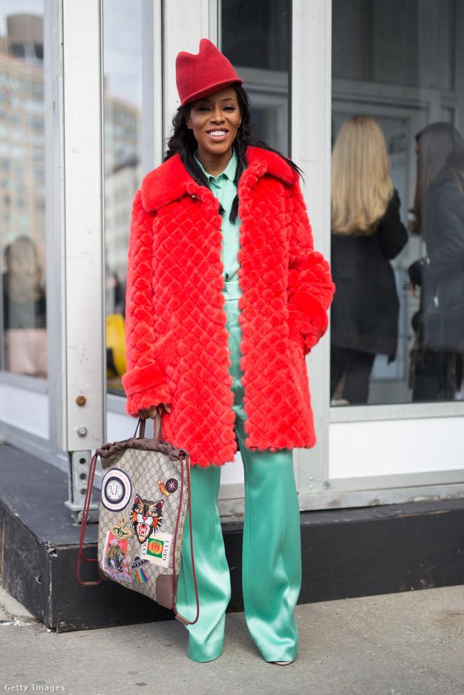 Piros bunda mentazöld szatén nadrággal New Yorkban.