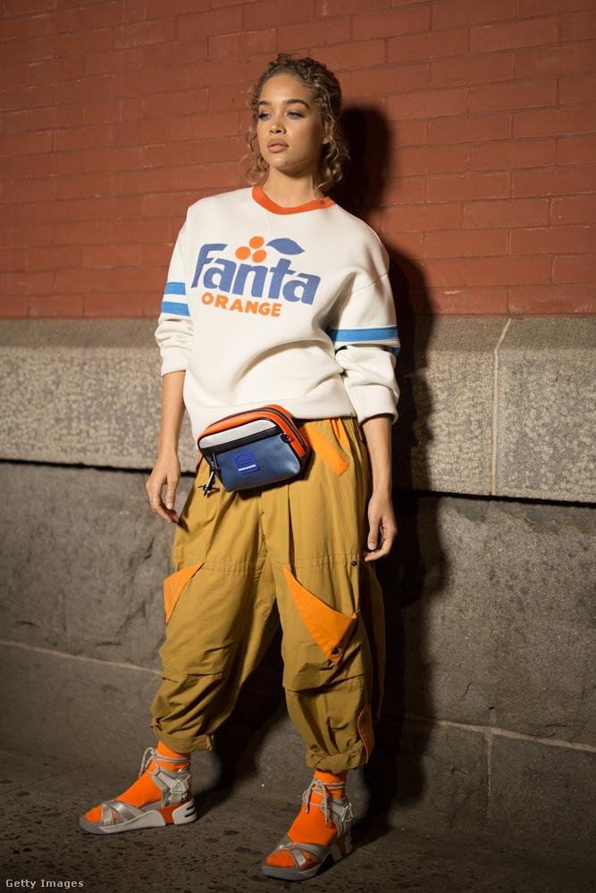 Fanta logós pulóver, övtáska és buggyos gatya Jasmine Sandersen New Yorkban.