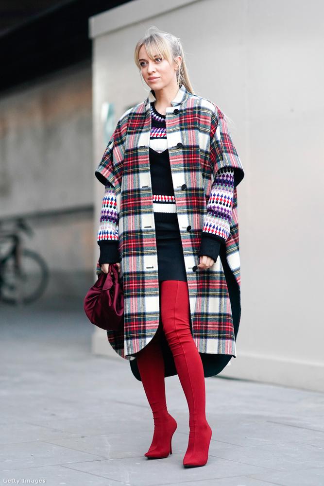 Piros combcsizma és nem túl praktikus rövidujjas kabát Londonban.