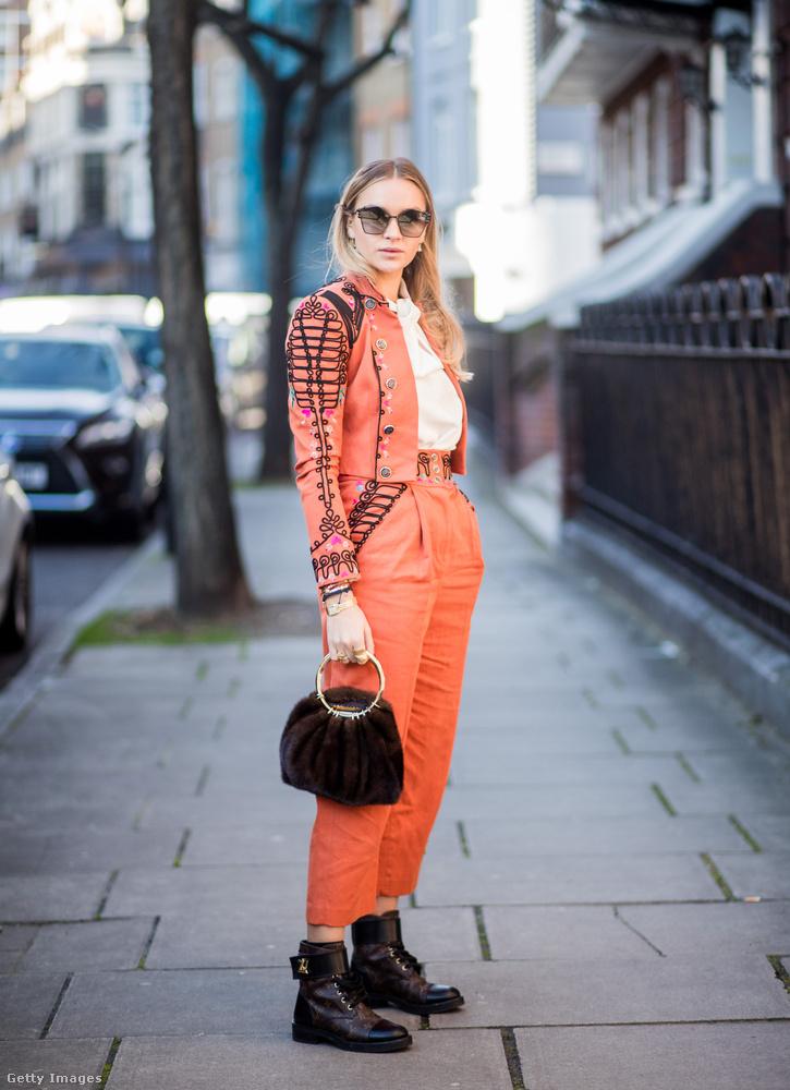 Fekete kiegészítőkkel is ütős a narancs Londonban.