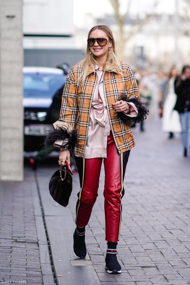 Piros bőrgatya, kockás felső és tollas ing Nina Suess-en Londonban.