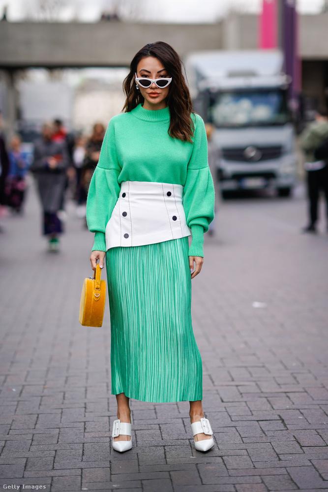 Mustársárga táskával és fehér kiegészítőkkel is felvehetjük a zöldet 2018-ban.