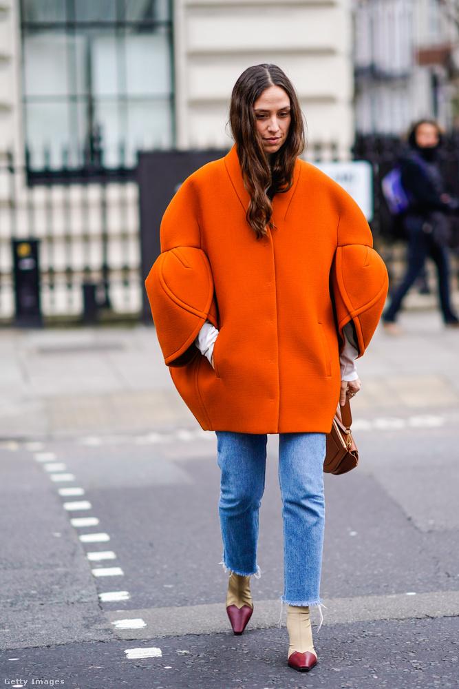 Egyszerű szűk farmerrel is jól mutat a feltűnő szabású rozsda színű kabát Londonban.