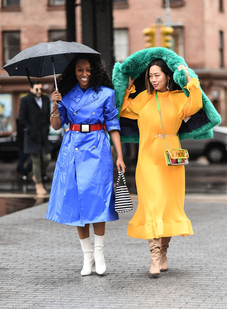 Övvel átfogott kabátruha és zöld bundával kombinált sárga ruha New Yorkban.