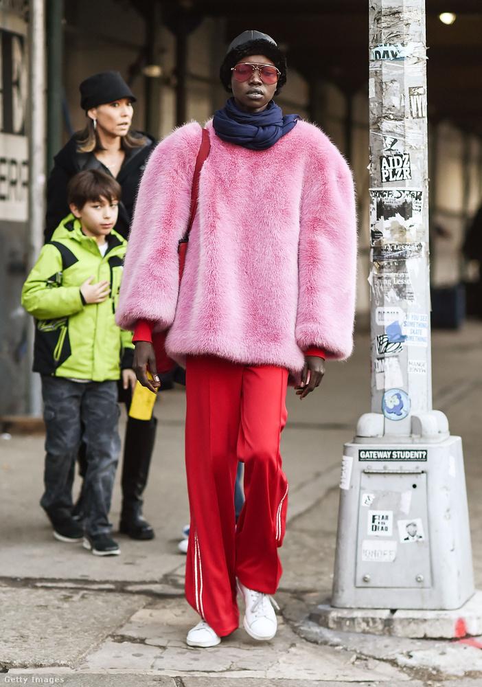 Rózsaszín műszőrme pulcsi és piros Adidas tréningnadrág Grace Bolon New Yorkban.