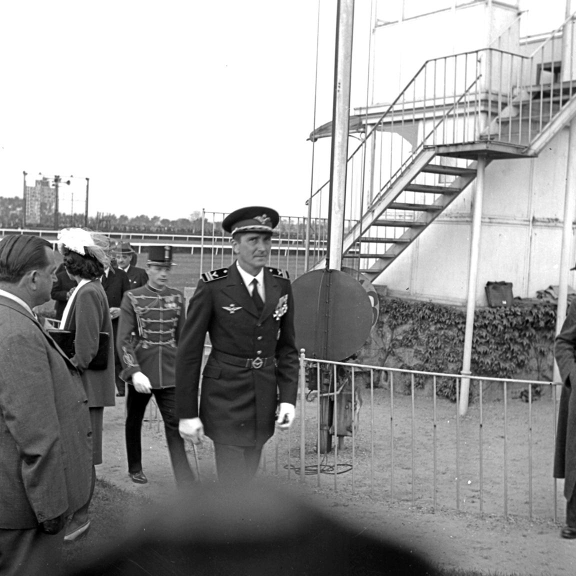 A lóverseny Magyarországon is fontos társadalmi esemény volt. A kormányzó, Horthy Miklós családja is többször megjelent. A családban voltak lófuttatók is. A fiatalabb Petanovits 1938-ban a célbírói torony meleltt elsétáló Horthy Istvánról készített képet.