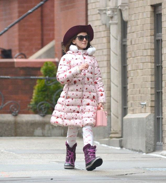 Suri úgy fest, mint egy kis modell, aki a kifutóról egyenesen az utcára lépett ki.