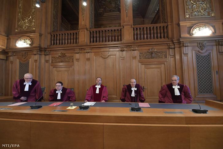 Andreas Korbmacher, a szövetségi közigazgatási bíróság elnöklő bírája (k) ítéletet hirdet a dízelüzemű járművek ügyében a lipcsei bíróságon 2018. február 27-én. A közigazgatási bíróság ítélete szerint ki lehet itltani a dízelmotors autókat a szennyezett levegőjű városokból Németországban.