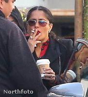 Salma Hayek is enyhíti orális fixációját, de ő nem édességgel, hanem egy szál cigarettával