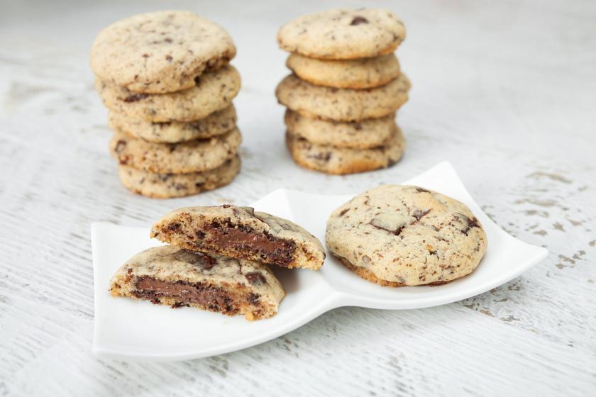 A csokis keksz önmagában is mennyei, de tovább fokozhatod az élvezetet kevés nutellával. Egyszerű, villámgyorsan elkészíthető, és fantasztikusan omlós.
