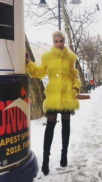 """""""A csibekabát meleg, mint a kályha, úgyhogy mázlim van"""" - írta a kép alá a csinos műsorvezető."""