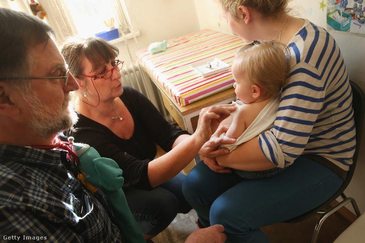 Kanyaró elleni védőoltást kap egy 11 hónapos kisgyerek