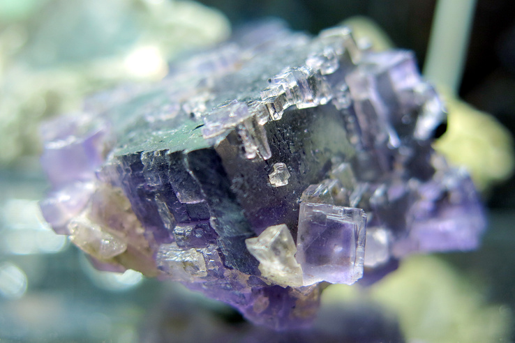 """""""A fluorit fokozottan védelmező kristály, különösen pszichikai szinten. Segít felismerni (amikor a külső hatások már belülről emésztenek bennünket), valamint kizárni a lelki manipulációt és a nem megfelelő szellemi hatást. Tisztítja és stabilizálja az aurát"""" – írja az angyalforras.hu a Fluoritról, és ez az idézet remekül szemlélteti az ásványbörze new age, ezoterikus, áltudományos alaphangját."""