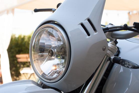 Minimális szélvédelmet ad a lámpa körüli idom