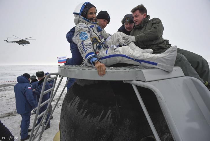 A technikai személyzet tagjai Joe Acaba amerikai ûrhajósnak segítenek kiszállni az ûrkapszulából