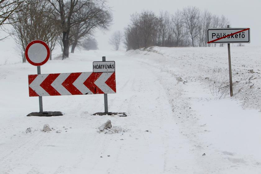 Hófúvás miatt lezárt út a Zala megyei Pölöskefő és Gelse között, Pölöskefő határában 2018. február 27-én.