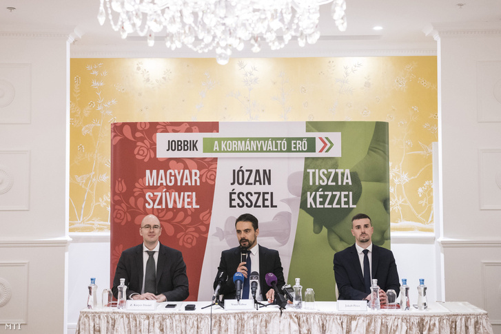 Vona Gábor, a Jobbik elnöke miniszterelnök-jelöltje, Z. Kárpát Dániel, a Jobbik alelnöke és Jakab Péter szóvivő sajtótájékoztatón ismerteti pártja választási programját