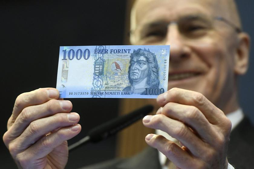 Gerhardt Ferenc, a Magyar Nemzeti Bank alelnöke bemutatja az új, március elsejétől érvényes ezerforintos bankjegyet.